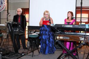 Prowadzący: od lewej Marek Rzepkowski, Dorothy Malachowski - prezes Daru Serca i Grazyna Maneykowski